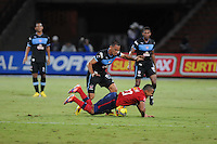 MEDELLÍN -COLOMBIA-01-06-2013. Ray Vanegas (D) del Medellín disputa el balón con Braynner Yezid García (I) del Junior durante partido de la fecha 18 de la Liga Postobón 2013-1 jugado en el estadio Atanasio Girardot de la ciudad de Medellín./ Medellin's Player Ray Vanegas (L) fights for the ball with Junior player Braynner Yezid Garcia (L) during match of the 18th date of Postobon  League 2013-1 at Atanasio Girardot stadium in Medellin city. Photo: VizzorImage/Luis Ríos/STR