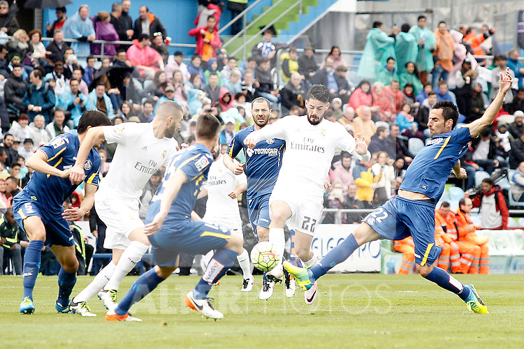 Getafe's Juan Rodriguez (r) and Real Madrid's Isco Alarcon during La Liga match. April 16,2016. (ALTERPHOTOS/Acero)