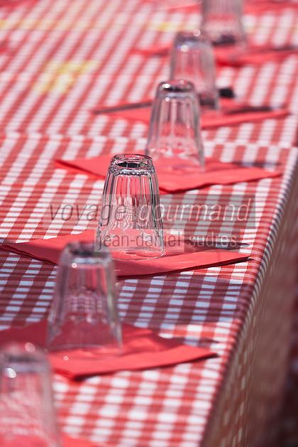 Europe/France/Aquitaine/64/Pyrénées-Atlantiques/Pays-Basque/Bayonne: Détail table restaurant sur les bords de la Nive pendant les  Fêtes de Bayonne