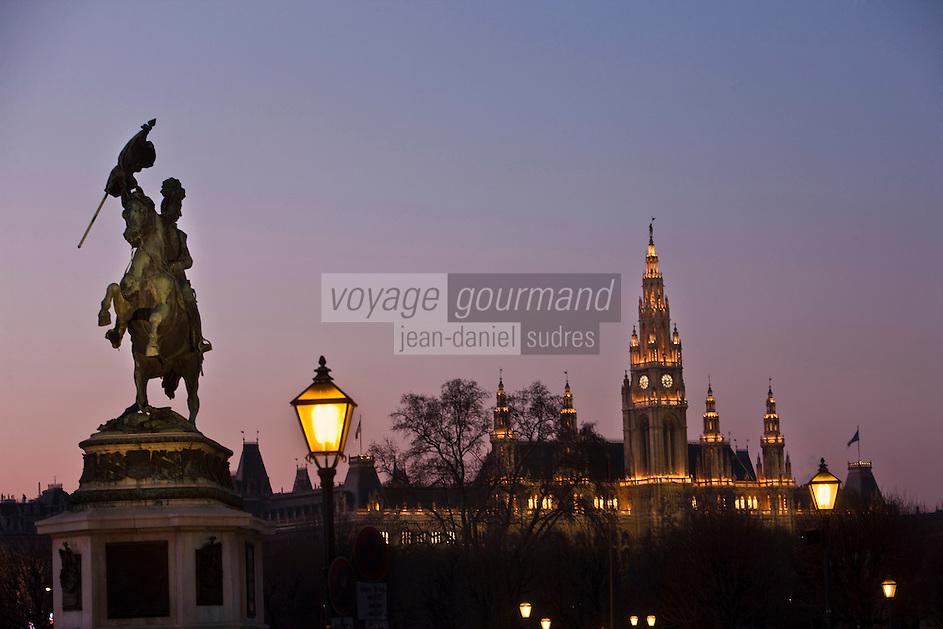 Europe/Autriche/Niederösterreich/Vienne: La Mozarthaus: Statue équestre de Erzherzog Karl - l'archiduc Charles, et  Le  New Rathaus - Hôtel de Ville