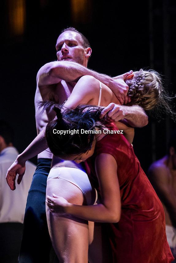 Quer&eacute;taro, Qro. 16 de octubre de 2016.- Con la obra Macho Men XXI; la core&oacute;grafa Tania P&eacute;rez Salas inaugur&oacute; el Festival Internacional de Artes ESc&eacute;nicas Quer&eacute;taro 2016. <br /> <br /> Este festival tiene como meta durante dos semanas, acercar las artes esc&eacute;nicas, como el teatro, la danza, el circo, a la mayor parte del p&uacute;bioco queretano; adem&aacute;s de promover a los artistas y foros de la entidad. Todas las entradas ser&aacute;n gratuitas en este festival.<br />  <br /> Foto: Demian Ch&aacute;vez
