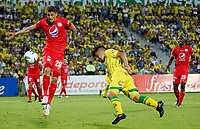 BUCARAMANGA - COLOMBIA, 30-03-2019: Sherman Cardenas del Bucaramanga disputa el balón con Jhonatan Perez de América durante partido por la fecha 12 de la Liga Águila I 2019 entre Atlético Bucaramanga y América de Cali jugado en el estadio Alfonso Lopez de la ciudad de Bucaramanga. / Sherman Cardenas of Bucaramanga fights for the ball with Jhonatan Perez of America during match for the date 12 of the Liga Aguila I 2019 between Atletico Bucaramanga and America de Cali played at the Alfonso Lopez stadium of Bucaramanga city. Photo: VizzorImage / Oscar Martinez / Cont