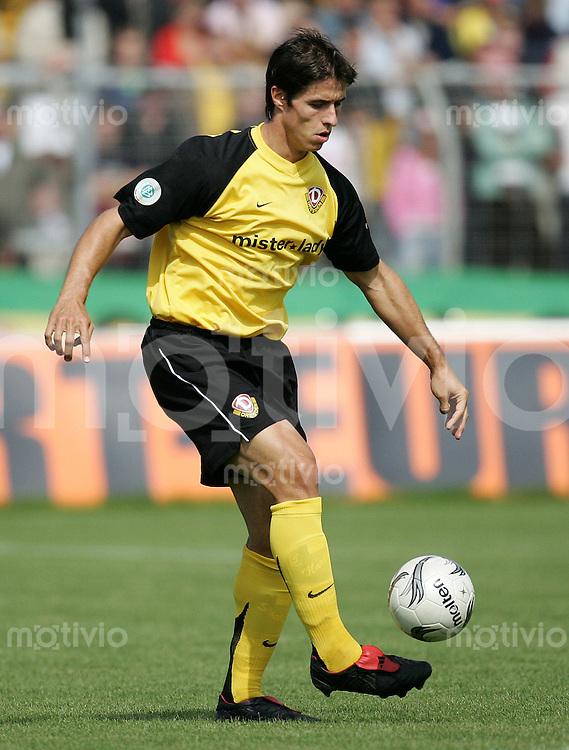 Fussball, Regionalliga, 1.FC Dynamo Dresden - Fortuna Duesseldorf am Samstag (26.08.06) im Rudolf - Harbig - Stadion in Dresden: Dresdens Martin Stocklasa am Ball. Das Spiel endet 0:0.