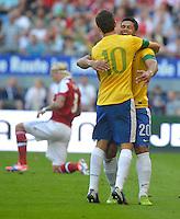 HAMBURGO, ALEMANHA, 26 DE MAIO 2012 - BRASIL X DINAMARCA AMISTOSO INTERNACIONAL -   Hulk (D) e Oscar jogadores do Brasil durante lance contra a Dinamarca, em amistoso internacional realizado no Imtech Arena, na cidade de Hamburgo, neste sábado, 26. Hulk fez o gol. O jogo é o primeiro de uma série de amistosos que acontecerão antes das Olimpíadas de Londres. (FOTO: STEFAN GROENVELD / BRAZIL PHOTO PRESS).