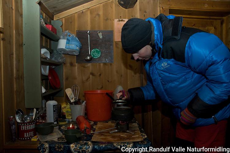 Jente koker kaffe i Gubbtjønnbua i Femundsmarka ---- Girl making coffe in hut
