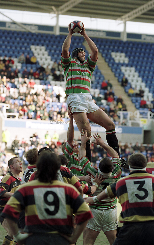 Photo. Richard Lane. Richmond v Leicester. 27/2/99..Fritz Van Hereden reaches for the line out.