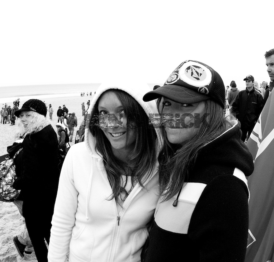 Girls fan in Hossegor during the Quiksilver Pro France.