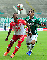 CALI -COLOMBIA-10-04-2016. Cesar Amaya (Der) del Deportivo Cali disputa el balón con William Tesillo (Izq) de Independiente Santa Fe durante partido por la fecha 12 de la Liga Águila I 2016 jugado en el estadio Palmaseca de Cali./ Cesar Amaya (R) player of Deportivo Cali fights for the ball with William Tesillo (L) player of Independiente Santa Fe during match for the date 12 of the Aguila League I 2016 played at Palmaseca stadium in Cali. Photo: VizzorImage/ NR / Cont