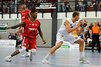 UITHUIZEN = Basketbal, Donar - Aris, voorbereiding seizoen 2017-2018, 02-09-2017,  Donar speler Evan Bruinsma met Aris speler Earl Brown jr
