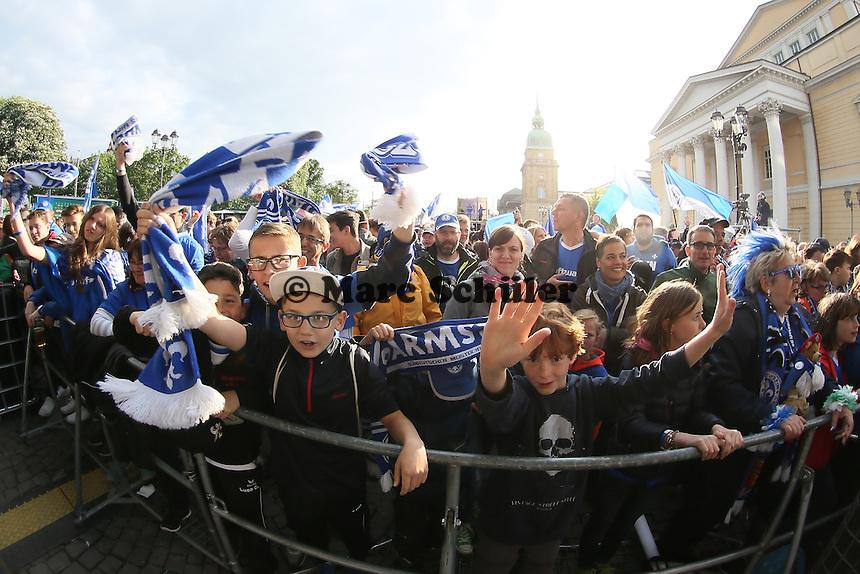 Fans der Lilien feiern auf dem Karolinenplatz - SV Darmstadt 98 Klassenerhaltsfeier auf dem Karolinenplatz