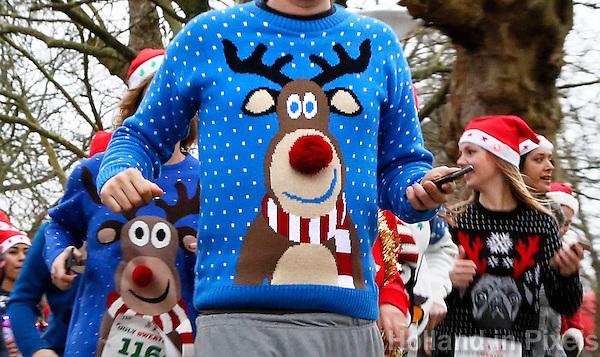 Nederland  Amsterdam 2016. Ugly Sweater Run. Hardlopen in het Vondelpark in je lelijkste Kerst outfit.  <br /> <br /> Let op, foto heeft klein formaat.     Foto Berlinda van Dam / Hollandse Hoogte