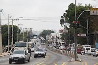 SAO PAULO, SP, 29.08.2014 - TRANSITO - SAO PAULO -Transito lento na Av. Guarapiranga nas aproximidades da ponte do Socorro, zona sul de são paulo na manhã desta sexta-feira (29). (Foto: Fabricio Bomjardim / Brazil Photo Press),
