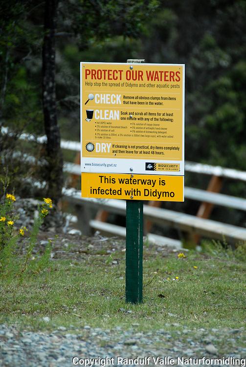 Plakat forteller at en elv på New Zealand er infisert av algen Didymo ---- Sign saying that a waterway is infected with Didymo.