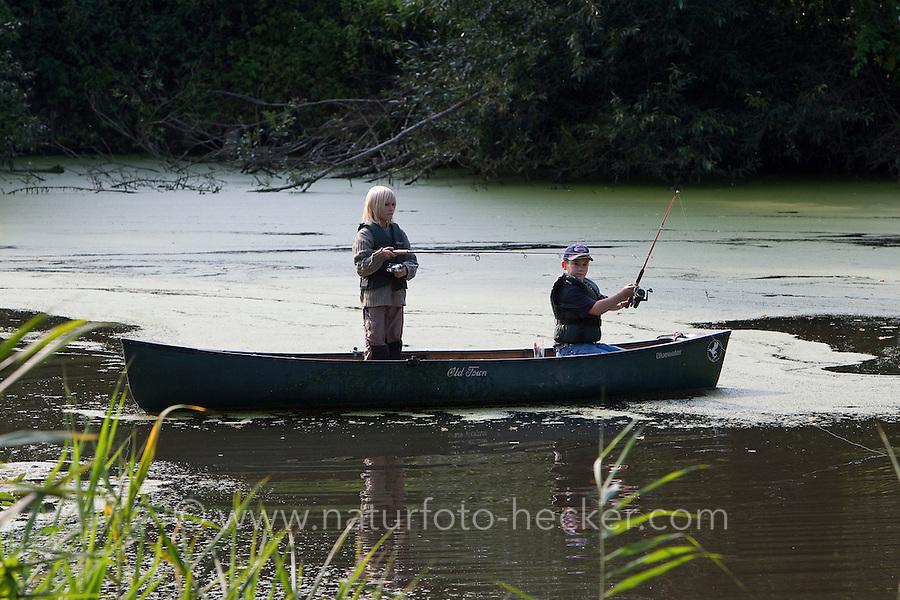 Kinder, Jungs angeln vom Boot, Kanu aus auf einem Teich, Angel, Outdoor