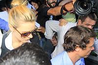RIO DE  JANEIRO, RJ, 07 DE  MAIO DE  2012  - CASO CAROLINA DIECKMANN - A atriz Carolina Dieckmann deixa a Delegacia de Repressao aos Crimes de Informatica(DRCI), no centro do Rio de Janeiro, apos prestar depoimento nesta segunda-feira (07), apos seu laptop ter sido invadido por hackers e ter imagens íntimas publicadas na internet. (FOTO: GUTO MAIA / BRAZIL PHOTO PRESS).