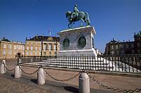 Denkmal Frederik V auf Schlossplatz vor Schloss Amalienborg Slot , Kopenhagen, Daenemark