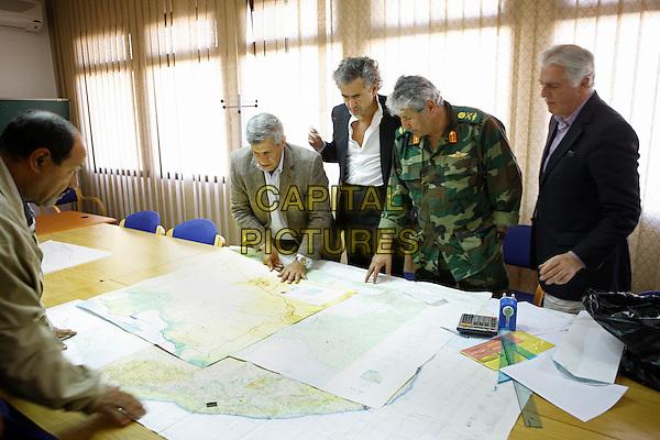 SCENE - BHL en Libye.Bernard-Henri Lévy dans la « Control Room » de l?état-major des forces libyennes libres. C?est le lieu où se préparent les contre-offensives des insurgés. Et c?est aussi celui d?où partent les informations en direction de l?OTAN et de ses avions. A la gauche de BHL, le Général en chef Mustapha Abdel Fatah Younis. .in Le serment de Tobrouk (The Oath of Tobruk).*Filmstill - Editorial Use Only*.CAP/NFS.Supplied by Capital Pictures.