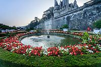 France, Indre-et-Loire (37), Rigny-Ussé, château et jardin d'Ussé en octobre, la terrasse supérieure et le jardin à la française dessiné par Le Notre, massifs de begonia semperflorens