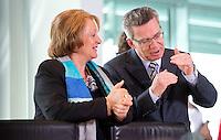 Berlin, Bundesjustizministerin Sabine Leutheusser-Schnarrenberger (FDP) und Verteidigungsminister Thomas de Maiziere (CDU) unterhalten sich am Mittwoch (24.04.13) vor Beginn der Sitzung des Bundeskabinetts im Kanzleramt.