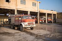Feuerwehr in Qamishli, Rojava/Syrien.<br /> Von sieben Feuerwehr-Fahrzeugen die der YPG-Regierung in Qamishli zur Verfuegung stehen, ist nur eines funktionstuechtigt. Fuenf Fahrzeuge sind mit vorhandenen Mitteln nicht zu reparieren - Motorschaden, unbenutzbare Fahrerkabinen, defekte Stromleitungen.<br /> Zusaetzlich zumden Augaben der Feuerwehr muessen die 12 Feuerwehrmaenner - je 3 von ihnen arbeiten in 24-Stundenschichten - auch noch Wasser in Stadtteile ohne Wasserversorgung verteilen.<br /> Im Bild: Die Feuerwache von Qamishli.<br /> 15.12.2014, Qamishli/Rojava/Syrien<br /> Copyright: Christian-Ditsch.de<br /> [Inhaltsveraendernde Manipulation des Fotos nur nach ausdruecklicher Genehmigung des Fotografen. Vereinbarungen ueber Abtretung von Persoenlichkeitsrechten/Model Release der abgebildeten Person/Personen liegen nicht vor. NO MODEL RELEASE! Nur fuer Redaktionelle Zwecke. Don't publish without copyright Christian-Ditsch.de, Veroeffentlichung nur mit Fotografennennung, sowie gegen Honorar, MwSt. und Beleg. Konto: I N G - D i B a, IBAN DE58500105175400192269, BIC INGDDEFFXXX, Kontakt: post@christian-ditsch.de<br /> Bei der Bearbeitung der Dateiinformationen darf die Urheberkennzeichnung in den EXIF- und  IPTC-Daten nicht entfernt werden, diese sind in digitalen Medien nach &sect;95c UrhG rechtlich geschuetzt. Der Urhebervermerk wird gemaess &sect;13 UrhG verlangt.]