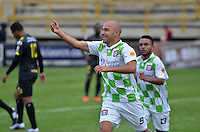 TUNJA - COLOMBIA -14 -02-2016: Edwards Jimenez, jugador de Boyaca Chico FC celebra el gol anotado a Alianza Petrolera, durante partido entre Boyaca Chico FC y Patriotas FC, por la fecha 3 de la Liga Aguila I-2015, jugado en el estadio La Independencia de la ciudad de Tunja. / Edwards Jimenez, player of Boyaca Chico FC, celebrates a goal scored to Alianza Petrolera,during a match between Boyaca Chico FC and Alianza Petrolera, for the date 3 of the Liga Aguila I-2016 at the La Independencia  stadium in Tunja city, Photo: VizzorImage  / Cesar Melgarejo / Cont.