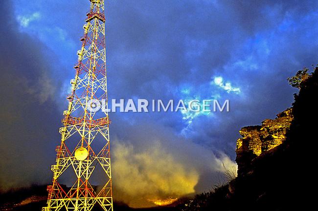 Torre de antena no Morro do Pai Inácio, Lençóis. Bahia. 1986. Foto de Salomon Cytrynowicz.