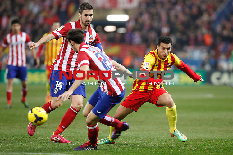 Atletico de Madrid¬¥s Gabi (L) and Barcelona¬¥s Pedro Rodriguez during La Liga match at Vicente Calderon stadium in Madrid, Spain. January 11, 2014. Foto © nph / Victor Blanco)