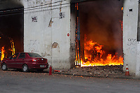 SANTOS, SP, 30.09.2014 - INCÊNDIO - OFICINA MECÂNICA - Um grande incêndio consumiu rapidamente uma oficina mecânica situada na Rua São Bento no centro histórico de Santos/SP. (Foto: Flavio Hopp/Brazil Photo Press)