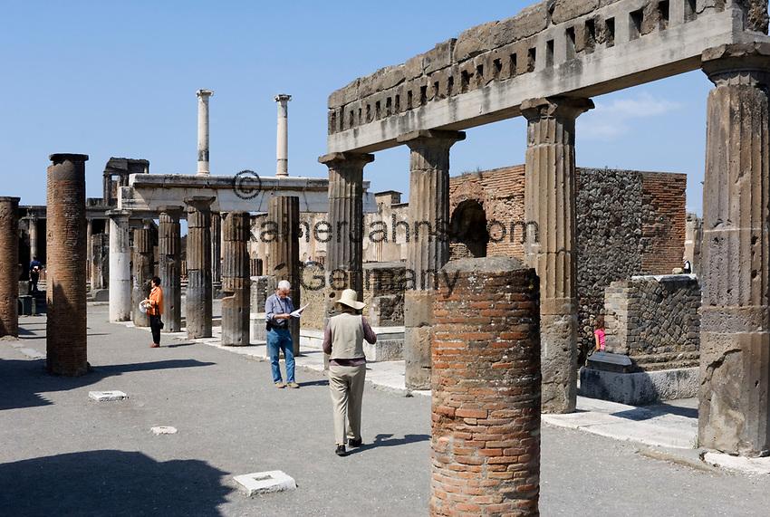 ITA, Italien, Kampanien, Pompei (Pompeji): antike altroemische Ruinenstadt, im Jahre 79 n. Chr. durch Ausbruch des Vesuvs unter Asche- und Bimsteinregen begraben   ITA, Italy, Campania, Pompei (Pompeji): ancient city of ruins, buried under ashes and cinders by eruption of vulcano Vesuvius in 79. AD