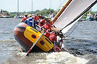 SKÛTSJESILEN: GROU: 18-07-2015, Skûtsje Doarp Grou met schipper Douwe Azn. Visser wint de openingswedstrijd, ©foto Martin de Jong