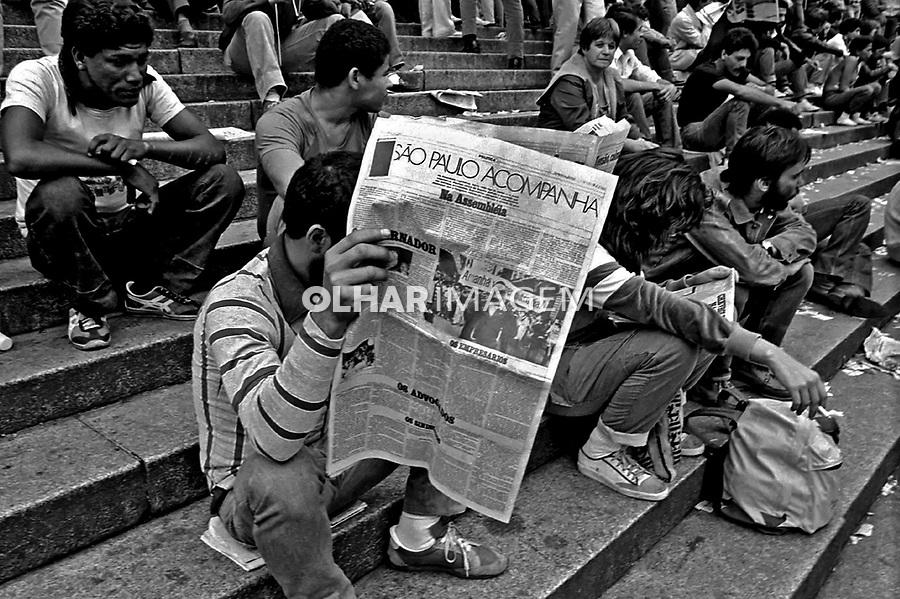 Vigília da campanha por eleições Diretas Já. Praça da Sé. SP. 1984. Foto de Juca Martins.