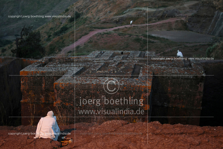 ETHIOPIA Lalibela , monolith rock churches built by King Lalibela 800 years ago, prayer at St. Georg church, Bet Giyorgis, a UNESCO world heritage / AETHIOPIEN Lalibela oder Roha, Koenig LALIBELA liess die monolithischen Felsenkirchen vor ueber 800 Jahren in die Basaltlava auf 2600 Meter Hoehe hauen und baute ein zweites Jerusalem nach , Gebet an der Georgskirche, Bet Giyorgis