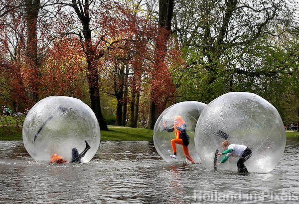 Kinderen spelen in Aquabubbles  in het Vondelpark