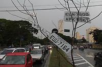 FOTO EMBARGADA PARA VEICULOS INTERNACIONAIS. SAO PAULO, SP, 28/10/2012.Com a forte chuva que caiu sobre a capital paulista, várias ruas ficaram alagadas, na foto várias placas perdidas no alagamento do Viaduto Bresser     no Bairro da Mooca. Luiz Guarnieri/ Brazil Photo Press.