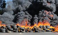 SAO PAULO, SP, 14.06.2013  - PROTESTO COPA DAS CONFEDERAÇÕES - BRASILIA - Manifestantes ligados a movimentos de luta por moradia queimam pneus em frente ao estádio Mané Garrincha em Brasília, no Distrito Federal, na manhã desta sexta-feira, 14. Foto: Vanessa Carvalho - Brazil Photo Press.