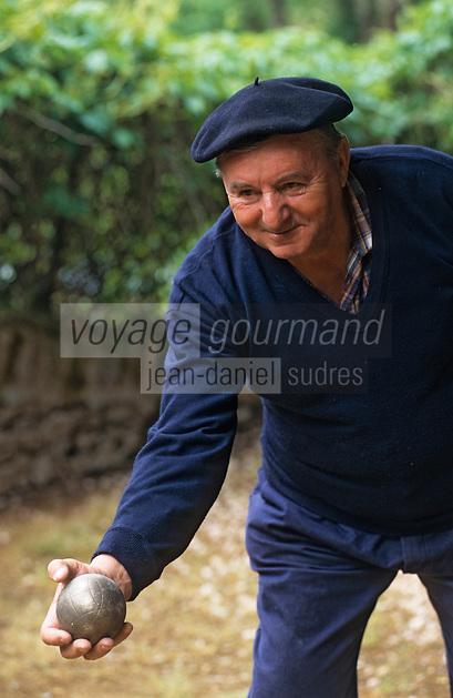 Europe/France/Rhône-Alpes/69/Rhône/Saint-Pierre-le-Déchausselat: Joueur de pétanque<br /> PHOTO D'ARCHIVES // ARCHIVAL IMAGES<br /> FRANCE 1990