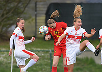 20190403  - Tubize , BELGIUM : Belgian Lisa Petry (M) with  Swiss Malin Gut (L) and Victoria Bischof (R) pictured during the soccer match between the women under 19 teams of Belgium and Switzerland , on the first matchday in group 2 of the UEFA Women Under19 Elite rounds in Tubize , Belgium. Wednesday 3 th April 2019 . PHOTO DIRK VUYLSTEKE / Sportpix.be