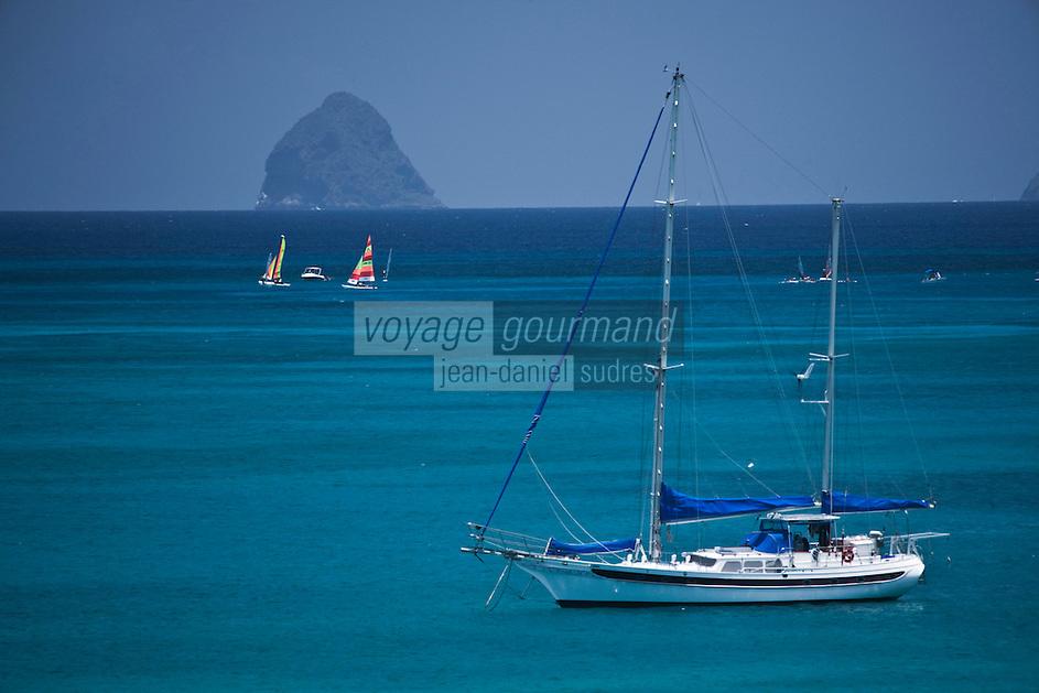 France/DOM/Martinique/ Sainte-Luce:  Voilier dans la baie avec en fond le rocher du Diamant