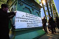 UNGARN, 06.01.2011, Budapest. Demonstration fuer Pressefreiheit und gegen die Mediengesetze der Regierung Orban auf der Freiheitsruecke. Mitglieder der sozialistischen Partei MSZP hielten Banner und banden schwarze Schleifen ans Gelaender. Garantie der Meinungsfreiheit in den Roemischen Vertraegen der EU. | Demonstration for press freedom and against the Orban goverment's new media laws on the Liberty Bridge. Members of the socialist party MSZP held banners and put black ribbons on the railing. Guarantee of the freedom of opinion in the EU Rome treaties..© Martin Fejer/EST&OST