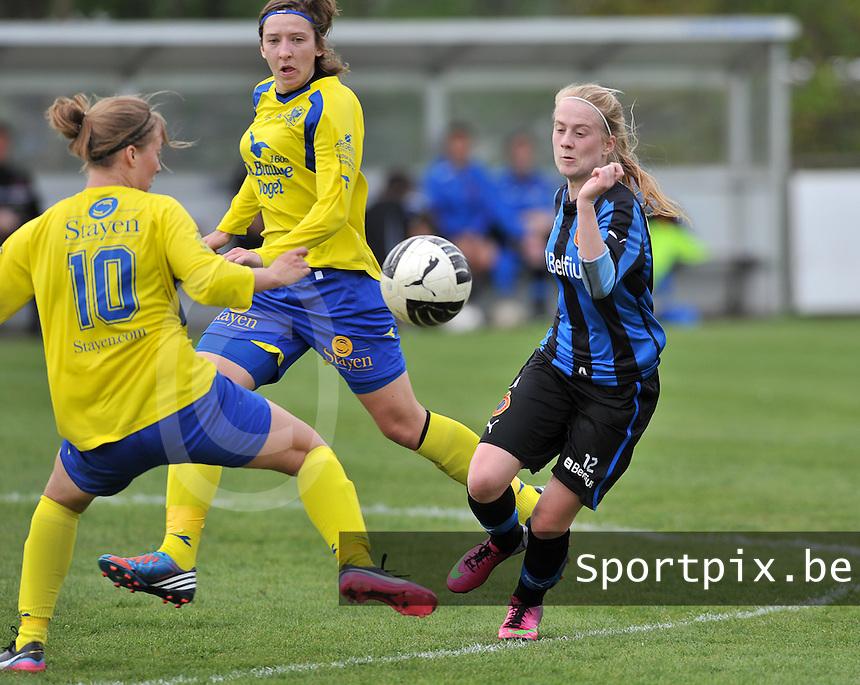 Club Brugge Dames - STVV Sint Truidense VV : Silke Demeyere aan de bal voor Annelies Menten (midden).foto DAVID CATRY / Nikonpro.be