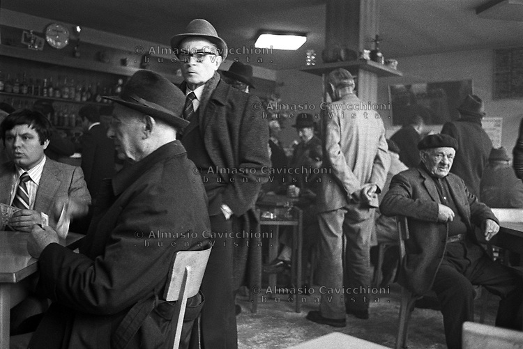 Uomini in un bar di Artegna dopo il Terremoto del Friuli del Maggio 1976.<br /> Men in a bar in the town of Artegna after the Friuli earthquake in May 1976.