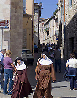 ITA, Italien, Umbrien, Assisi: zwei Nonnen unterwegs in der Altstadt | ITA, Italy, Umbria, Assisi: two nuns at old town district