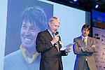 AMERSFOORT - NVG voorzitter, Tinus Vernooij overhandigt Robert-Jan Derksen de NVG Award.  Nationaal Golf Congres & Beurs (Het Juiste Spoor) van de NVG.     © Koen Suyk.