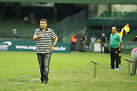 CURITIBA, PR, 25 DE JANEIRO 2011 – CORITIBA X CORINTHIANS-PR – Leandro Niehues (e), técnico do Corinthians-PR, ao fundo (verde), Marcelo Oliveira, técnico do Coritiba, durante  partida válida pela segunda rodada do Campeonato Paranaense 2012. O jogo aconteceu na noite de quarta-feira (25), no Estádio Couto Pereira, em Curitiba. <br />  (FOTO: ROBERTO DZIURA JR./ NEWS FREE)