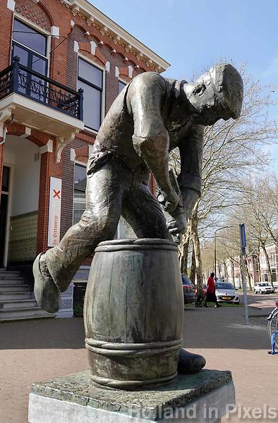 Nederland - Assen-  April  2019 .  De Kuiper.  Dit bronzen beeld De Kuiper is in 1984 door Onno de Ruijter gemaakt, in opdracht van Faber Pallets uit Assen. De heer Kees Faber heeft als model gediend voor de figuur van de kuiper. Kees Faber is in 1984 de directeur van de in 1933 door F.Faber opgerichte palletfabriek in Assen, Faber Pallets b.v.. Dit bedrijf is ooit als ambachtelijke maker van botervaten begonnen. Foto Berlinda van Dam / Hollandse Hoogte
