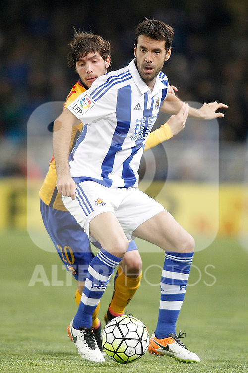 Real Sociedad's Xabi Prieto (f) and FC Barcelona's Sergi Roberto during La Liga match. April 9,2016. (ALTERPHOTOS/Acero)