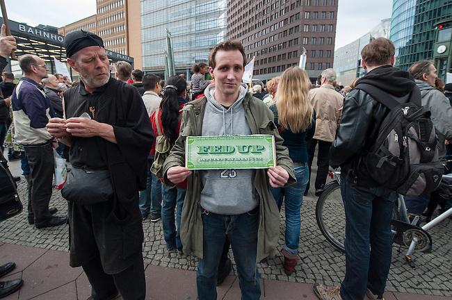 Verschiedene Verschwoerungstheoretiker und rechte Gruppen versammelten sich am Montag den 21. April 2014 auf dem Potsdamer Platz zu einer sog. Montagsdemonstration unter dem Label &quot;Friedensbewegung 2.0&quot;. Zu der &quot;Manhwache&quot; kamen weit ueber 1.00 Menschen.<br /> Die Macher der Montagsdemo-Mahnwachen sehen sich selber als eine &quot;Buergerbewegung fuer den Frieden, mit demokratischer demokratischer Gesinnung&quot;. In Redebeitraegen wird gegen das internationale Finanzkapital, namentlich festgemacht an dem Boersenspekulanten Georg Soros oder der Familie Rothschild, gewettert. Laut dem Organisator ist die US-Notenbank FED fuer die Kriege der letzten 100 Jahre verantwortlich.<br /> Unter den Teilnehmern der Demonstration befanden sich der Berliner NPD-Vorsitzende Sebastian Schmidtke mit Anhang und auch die rechten &quot;Reichsbuerger&quot; die Deutschland als Staat ablehnen und das Deutsche Reich zurueck wollen.<br /> Kritiker der Veranstaltung bezeichnen die Veranstaltung als sog. &quot;Querfrontstrategie&quot; bei der Rechte versuchen linke Themen zu besetzen ohne dass die Menschen bemerken, dass die Veranstalter Rechte sind.<br /> Im Bild: Ein Kundgebungsteilnehmer mit einem Poster gegen die US-Notenbank FED.<br /> 21.4.2014, Berlin<br /> Copyright: Christian-Ditsch.de<br /> [Inhaltsveraendernde Manipulation des Fotos nur nach ausdruecklicher Genehmigung des Fotografen. Vereinbarungen ueber Abtretung von Persoenlichkeitsrechten/Model Release der abgebildeten Person/Personen liegen nicht vor. NO MODEL RELEASE! Don't publish without copyright Christian-Ditsch.de, Veroeffentlichung nur mit Fotografennennung, sowie gegen Honorar, MwSt. und Beleg. Konto:, I N G - D i B a, IBAN DE58500105175400192269, BIC INGDDEFFXXX, Kontakt: post@christian-ditsch.de<br /> Urhebervermerk wird gemaess Paragraph 13 UHG verlangt.]