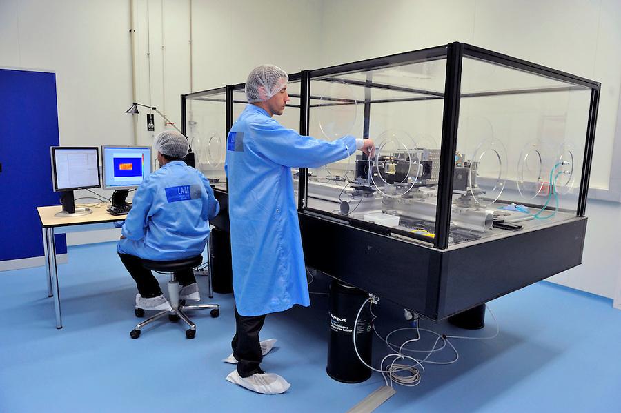 LAM- Laboratoire d'Astrophysique de Marseille. - Faculté de Saint-Jérôme - Marseille -  manipulation optique salle blanche