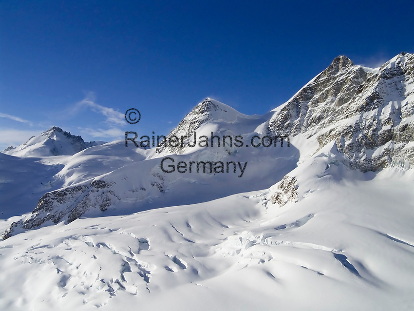 CHE, Schweiz, Kanton Bern, Berner Oberland, Blick vom Jungfraujoch ueber den Grossen Aletschgletscher auf die Jungfrau 4.158 m, das Rottalhorn 3.969 m (Mitte) und das Gletscherhorn 3.983 m (links) - UNESCO Weltnaturerbe | CHE, Switzerland, Bern Canton, Bernese Oberland, Grindelwald: view from Jungfraujoch across Great Aletsch Glacier at Jungfrau mountain 13.642 ft., Rottalhorn mountain (middle) 13.022 ft. and Gletscherhorn (left) 12.068 ft. - UNESCO World Natural Heritage