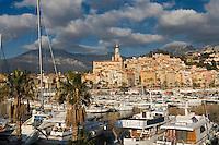 Europe/France/06/Alpes-Maritimes/Menton:  Le port avec en fond la vieille ville  avec l'église Saint-Michel et son campanile